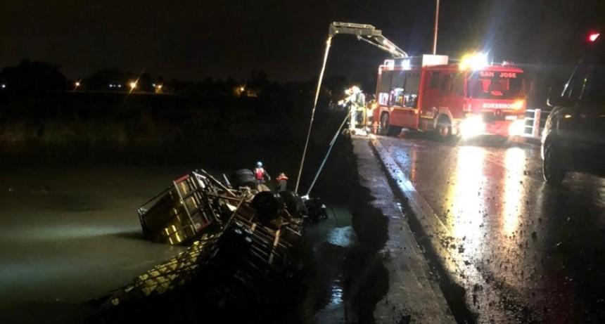 Camión cayó a un arroyo y el conductor falleció atrapado en la cabina