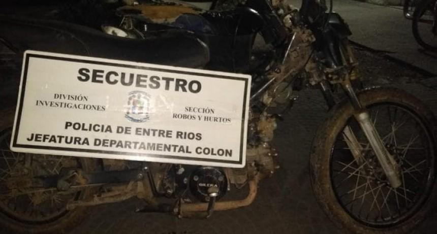 POLICÍA RECUPERA MOTO SUSTRAÍDA.