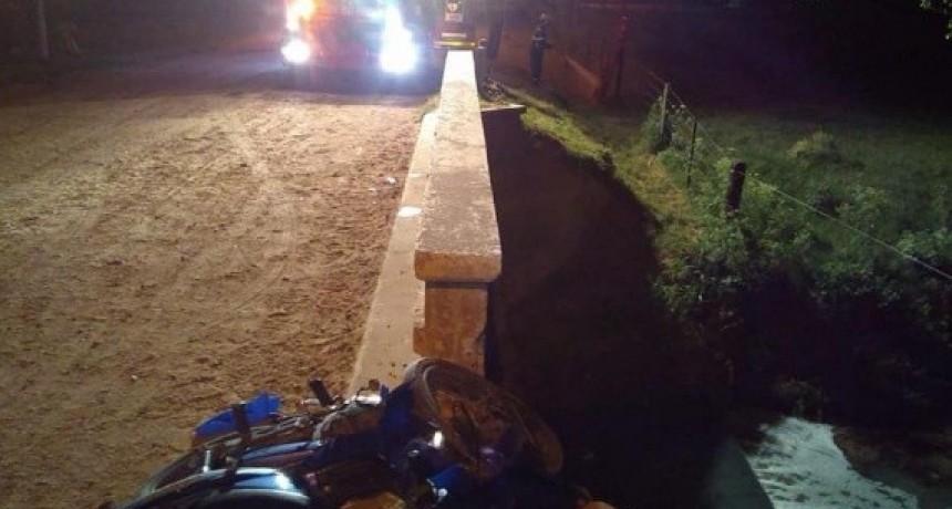 Motociclista gravemente herido al colisionar la baranda de un puente.